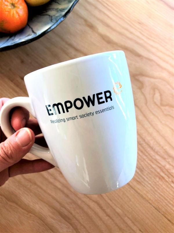 Kapasore Tehtud tööd logoga Empoweri kruus